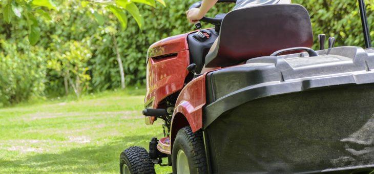 Tonte de pelouse : les erreurs les plus courantes à éviter